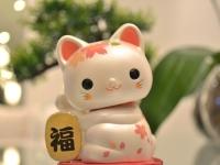 Un maneki-neko, porte-bonheur japonais en forme de chat
